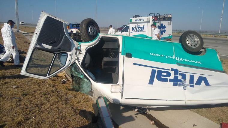 FOTO: Volcó una ambulancia en el kilómetro 32 de avenida Circunvalación.