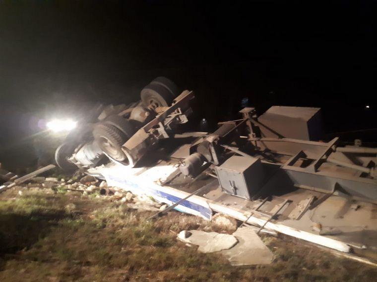 FOTO: Un camión lo aplastó al volcar a un costado de la ruta, donde caminaba con su novia