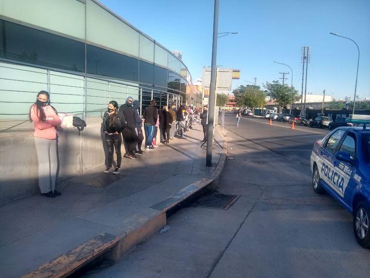 FOTO: Hacen fila desde la noche anterior para ser hisopados.
