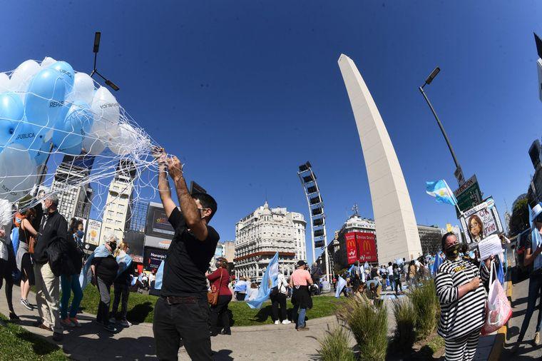 FOTO: Buenos Aires: Con diversas consignas, manifestantes protestan en el Obelisco