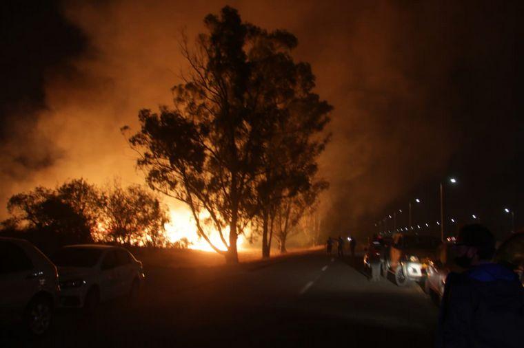FOTO: Bomberos seguían trabajando por la noche a la vera de la autopista