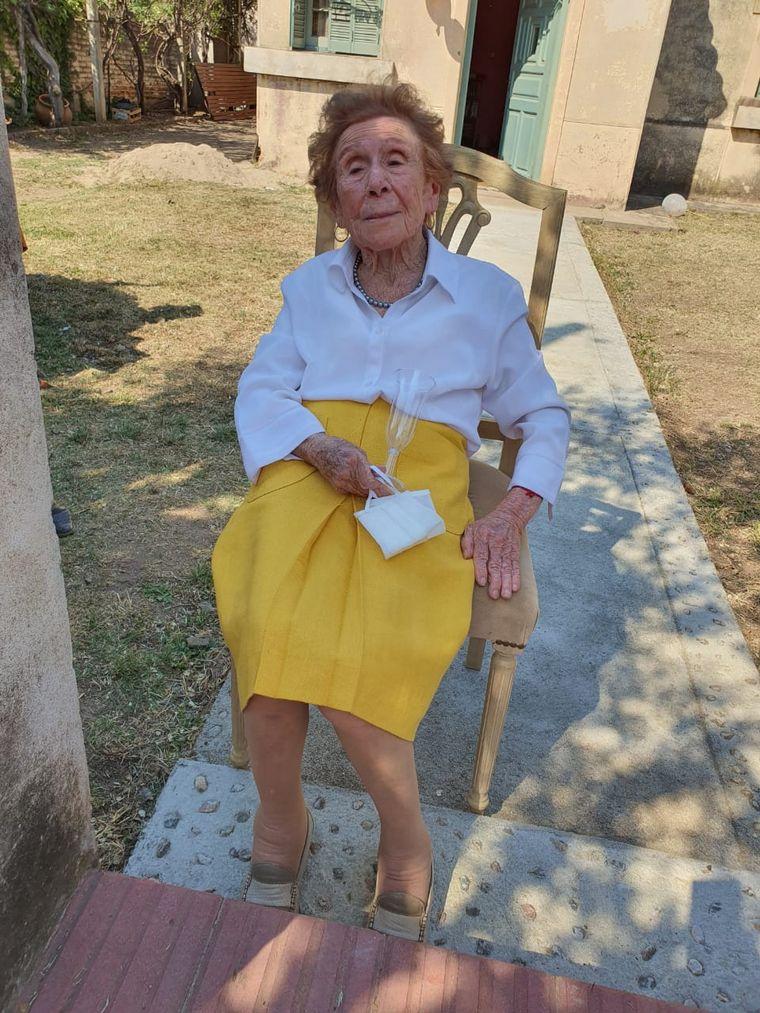 FOTO: Cumplió 100 años una vecina y le hicieron en la calle un festejo con distanciamento