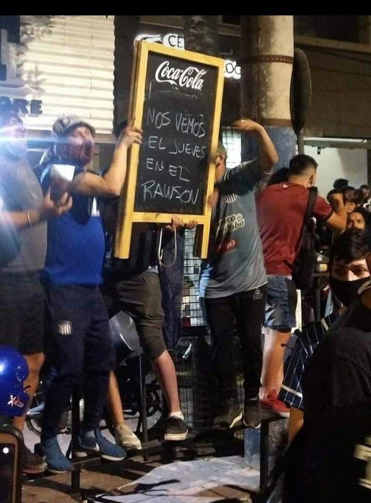 FOTO: Los hinchas hicieron el banderazo el lunes (Foto: @MartinMC018)