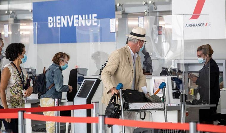 FOTO: Desde el sábado regirá el toque de queda en nueve ciudades de Francia.