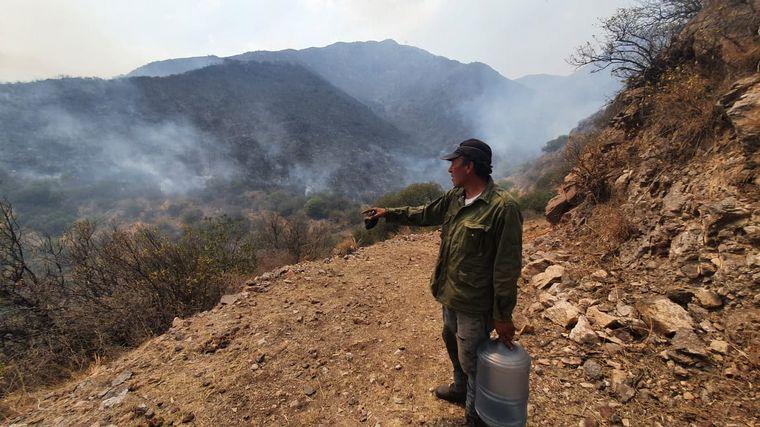 FOTO: El fuego avanza sobre la base del complejo de aerosillas de Los Cocos.