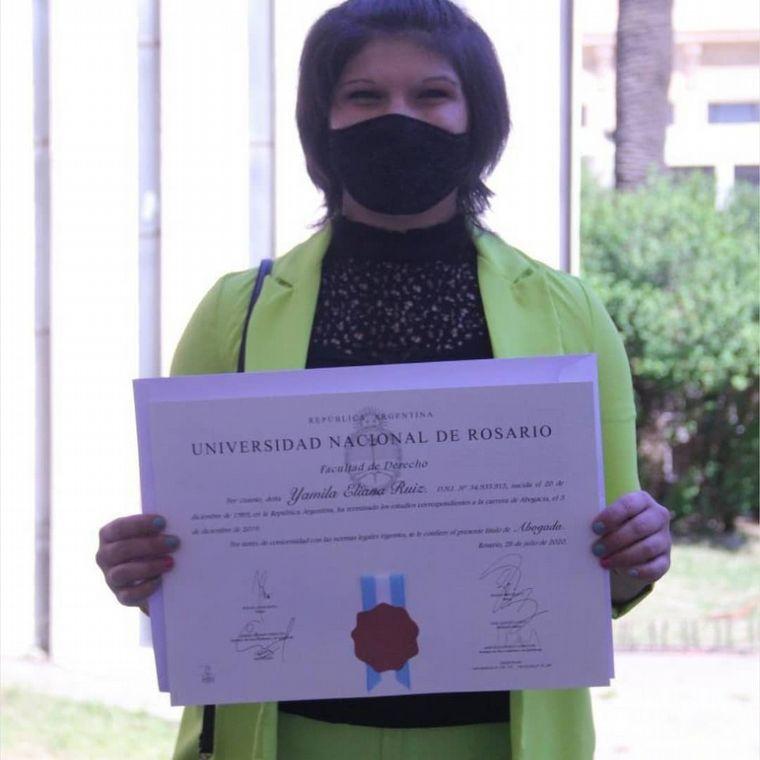 FOTO: Superó un cáncer y se recibió de abogada