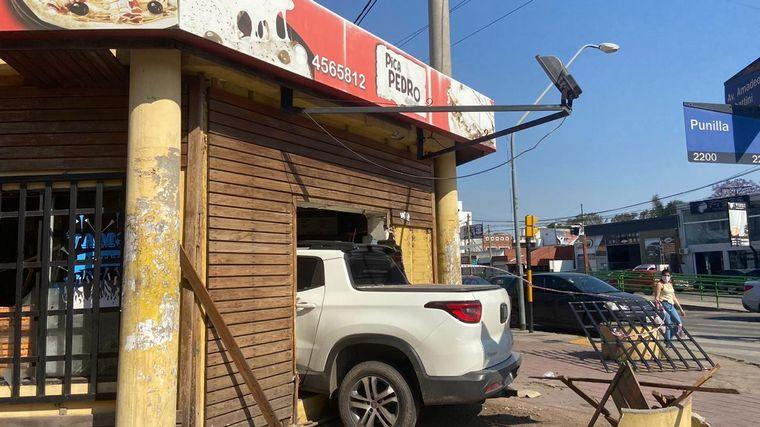 AUDIO: Impactante choque en Córdoba: una camioneta terminó incrustada en una pizzería