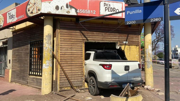 FOTO: Una camioneta se incrustó en un local comercial en Córdoba.