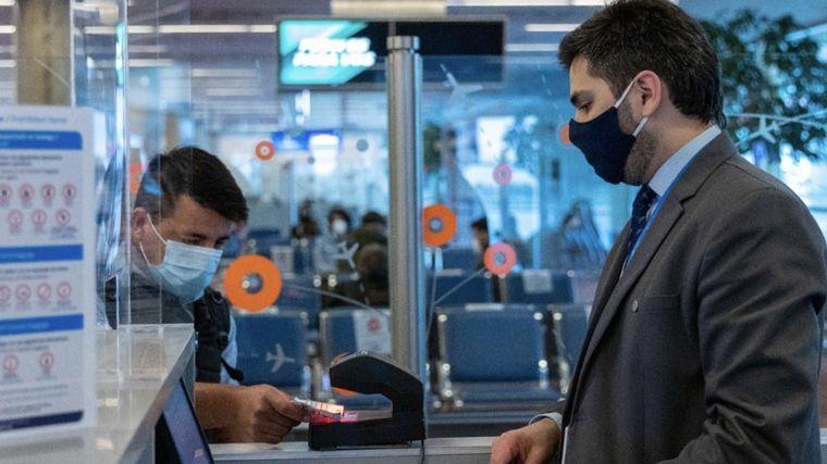 FOTO: Denunciarán y sancionarán a pasajeros que intenten evadir controles en aeropuertos.