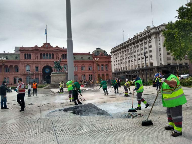 FOTO: Removieron la pintada de Néstor Kirchner en Plaza de Mayo.
