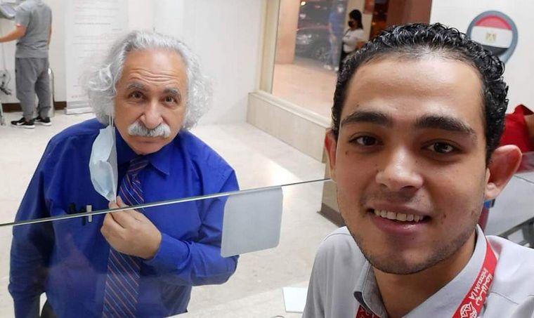 FOTO: Un hombre de Kuwait es famoso por su parecido con Alberto Einstein.