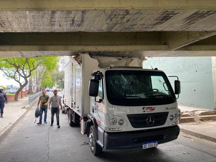 AUDIO: Un camión alimenticio se incrustó contra el puente Sarmiento