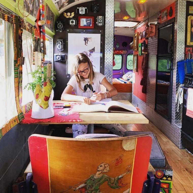 FOTO: Los tres viven en un autobús escolar adaptado.
