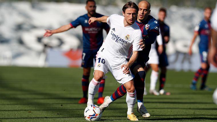 FOTO: Real Madrid goleó 4 a 1 a Huesca y sigue puntero de la Liga española