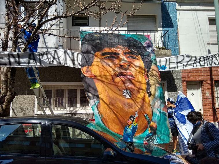 FOTO: Vigilia de fanas de Diego Maradona tras su internación.