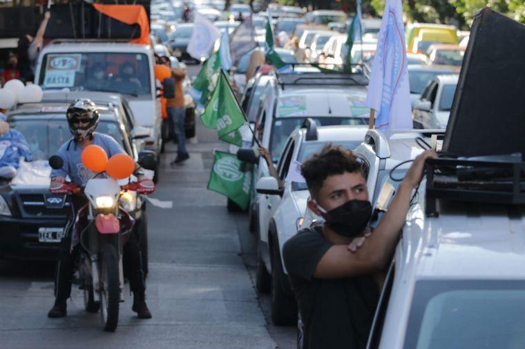 FOTO: Paro y caravana de trabajadores de la Salud por salarios.