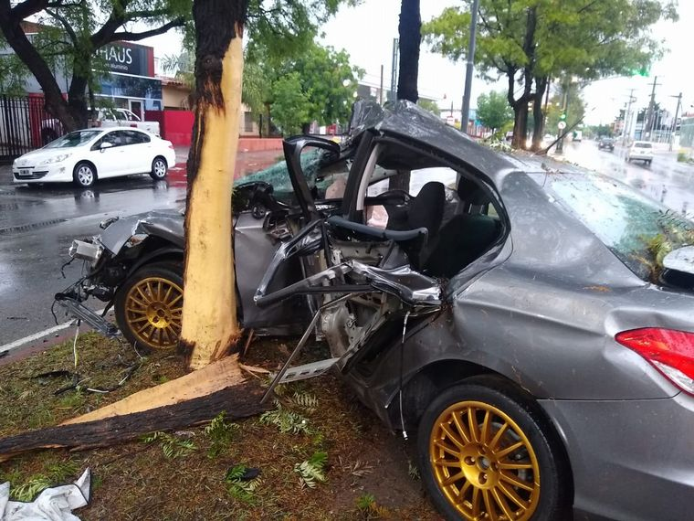 FOTO: El automóvil Citröen C4 Lounge quedó destruido.