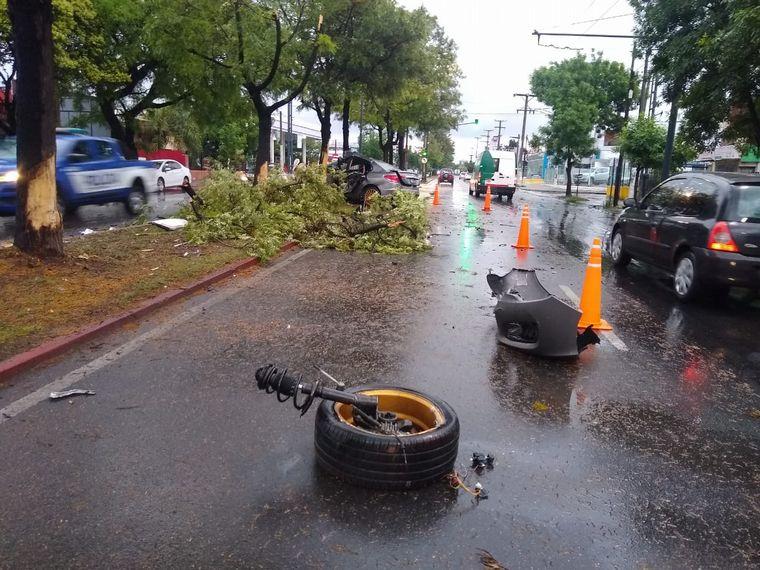FOTO: Un auto se desintegró al chocar tres árboles en Córdoba.