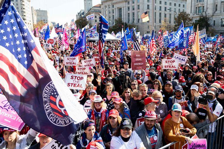 FOTO: Trump asistió a una marcha por su denuncia contra Biden.