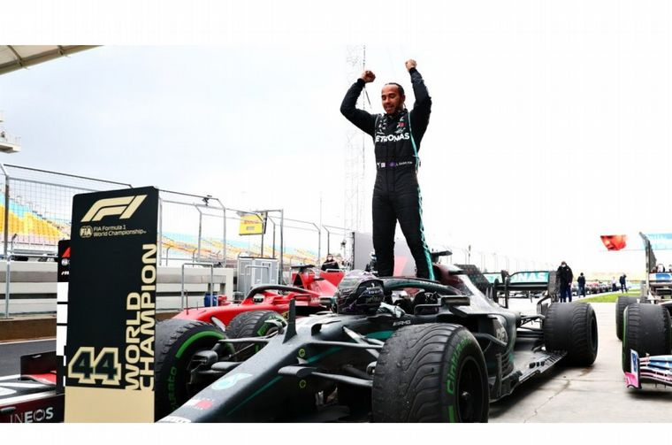 FOTO: Los brazos en alto, Hamilton ya ganó siete veces el campeonato del mundo