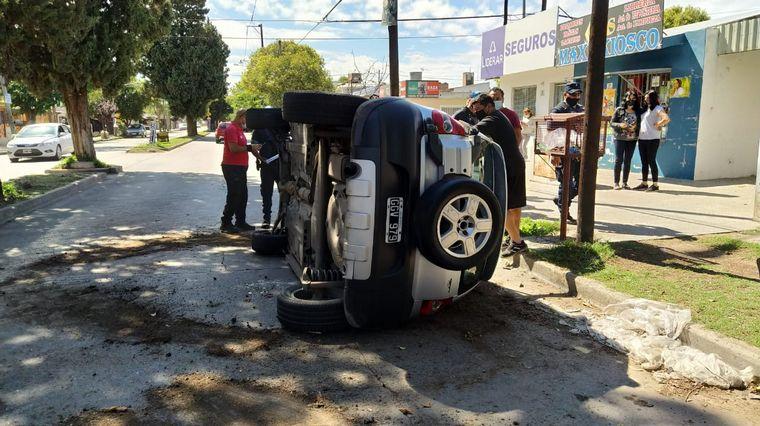 AUDIO: Impactante vuelco de un auto en barrio Liceo Segunda Sección