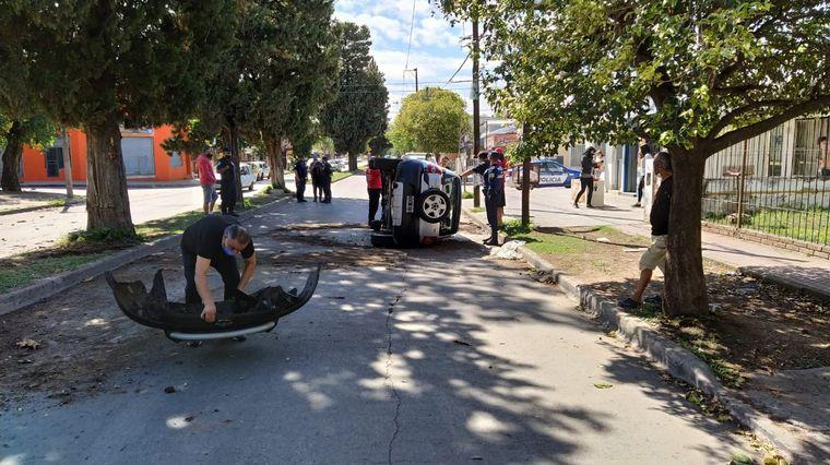 FOTO: Impactante vuelco de un auto en barrio Liceo Segunda Sección