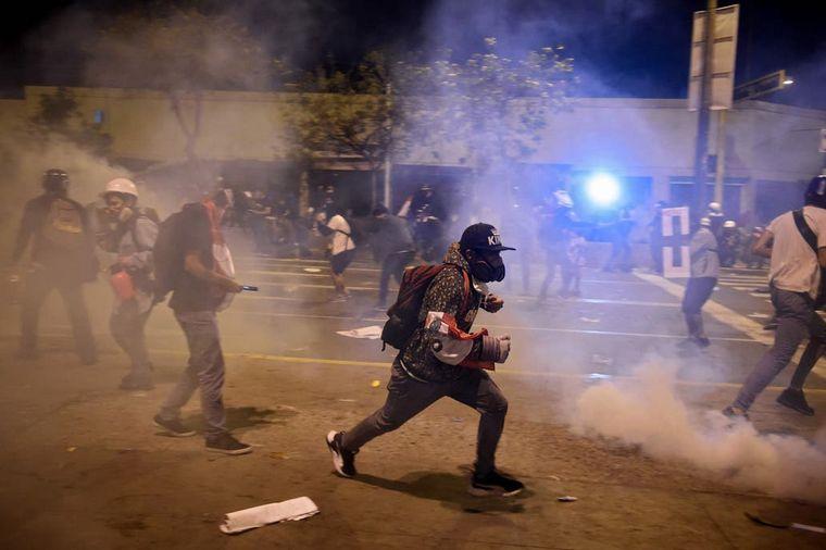 FOTO: Incidentes en Perú en la manifestación contra Merino. FOTO: AFP.