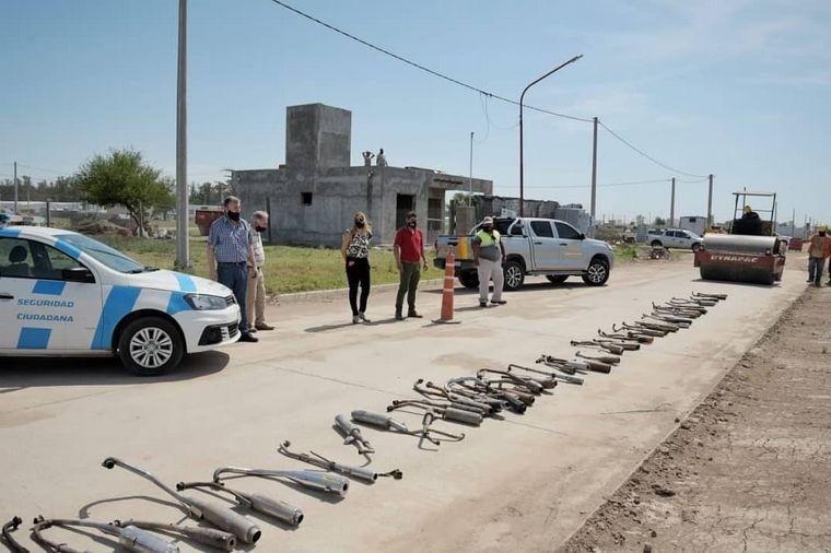 FOTO: En Arroyito destruyeron caños de escape ruidosos secuestrados de motocicletas