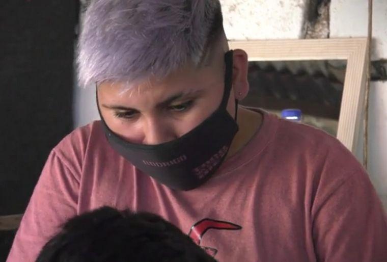 FOTO: Tiene 13 años y abrió una barbería en el patio de su casa
