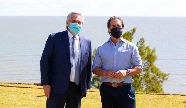 FOTO: Fernández y Lacalle Pou difieren sobre la búsqueda de convenios unilaterales.