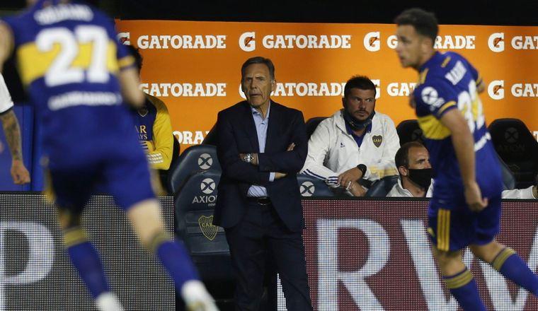 FOTO: Maradona, con el técnico de Boca, Miguel Ángel Russo (Foto: AP)