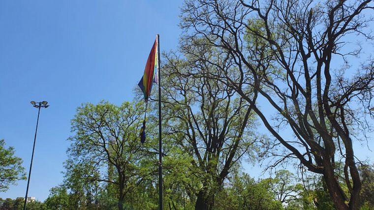 FOTO: Así luce la bandera tras el ataque.