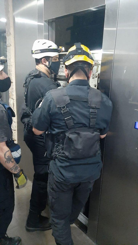 FOTO: Cinco jóvenes heridos al caer un ascensor en Rosario.