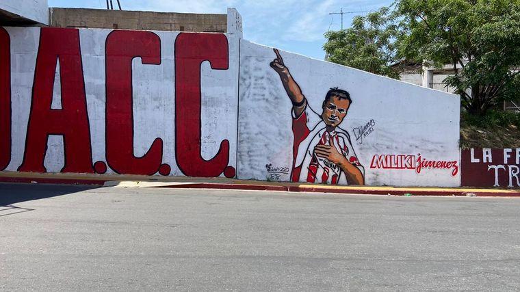 AUDIO: Pintan un mural de Instituto en el puente Maipú