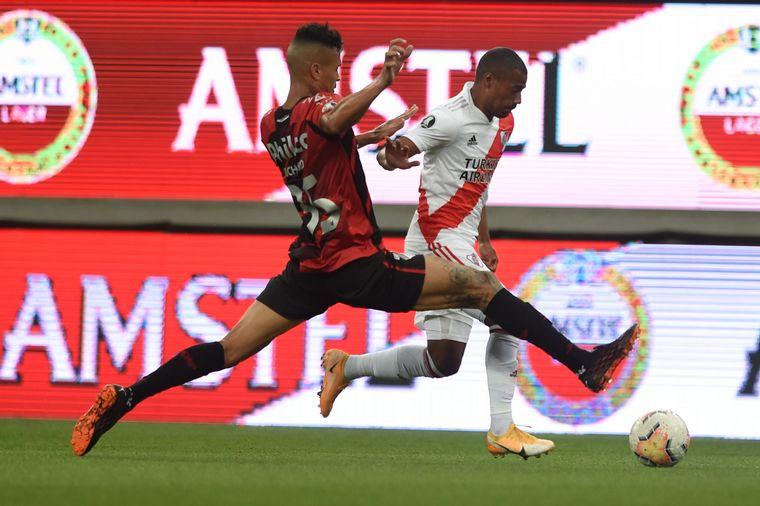 FOTO: Athletico Paranaense y River chocan en la ida de los octavos de final.