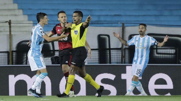 FOTO: En un partido caliente, Racing igualó 1 a 1 con Flamengo.