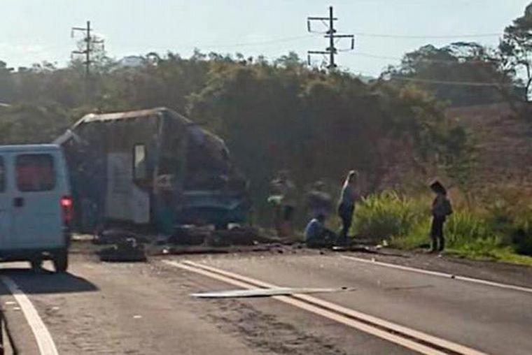 FOTO: Chocó un camión con un colectivo en Brasil: al menos 37 muertos (Foto: G1).