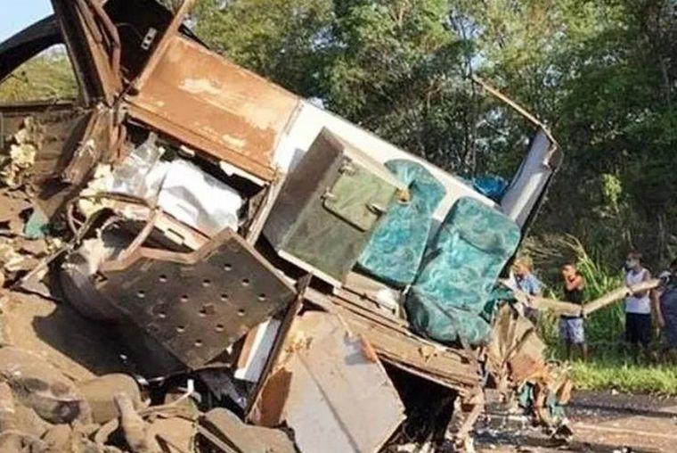 FOTO: Chocó un camión con un colectivo en Brasil: al menos 37 muertos.