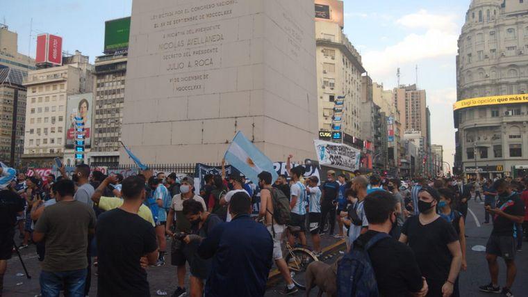 FOTO: Cientos de hinchas despiden a Maradona en los clubes donde jugó.