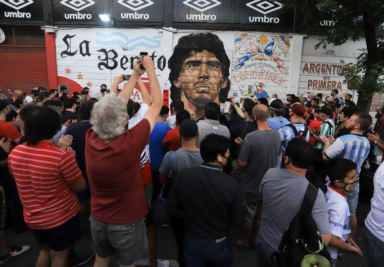 FOTO: Hinchas despiden a Diego Maradona en La Boca.