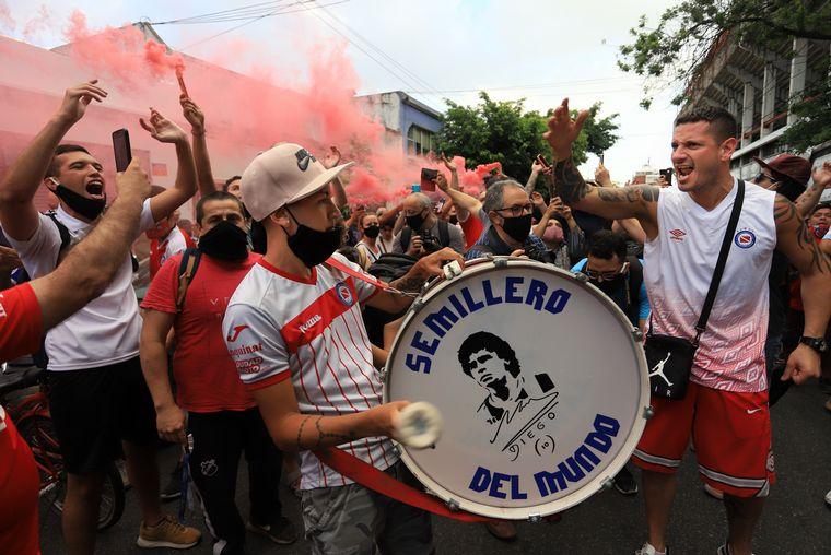 FOTO: Hinchas expresaron su dolor por la muerte de Maradona en La Paternal.