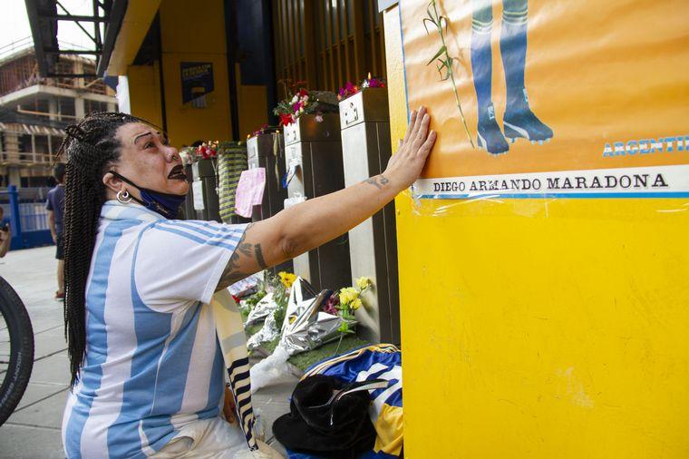 FOTO: Hinchas de Boca lloran la partida de Maradona en la Bombonera