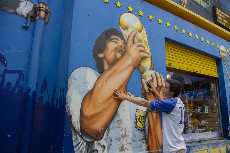 AUDIO: Hinchas de Argentinos Juniors armaron un santuario en un mural de Maradona