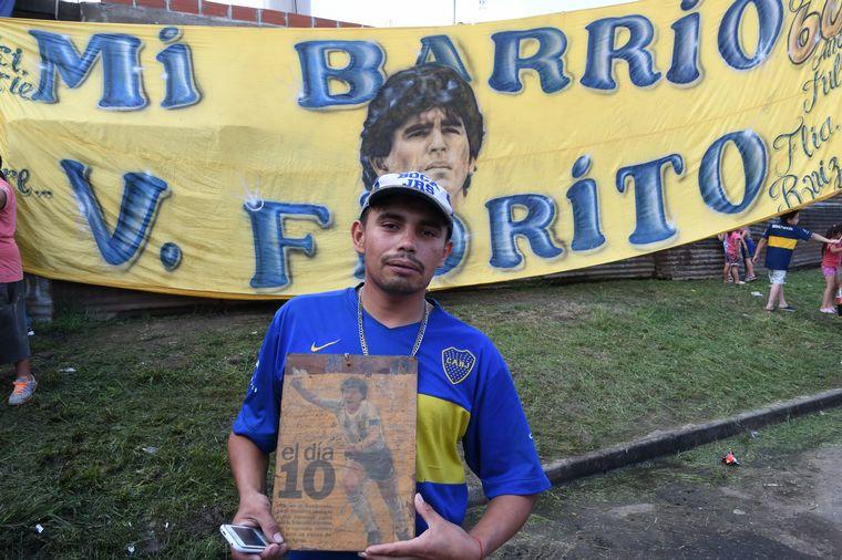 FOTO: Hinchas y vecinos se acercaron a la antigua casa de Maradona en Villa Fiorito.