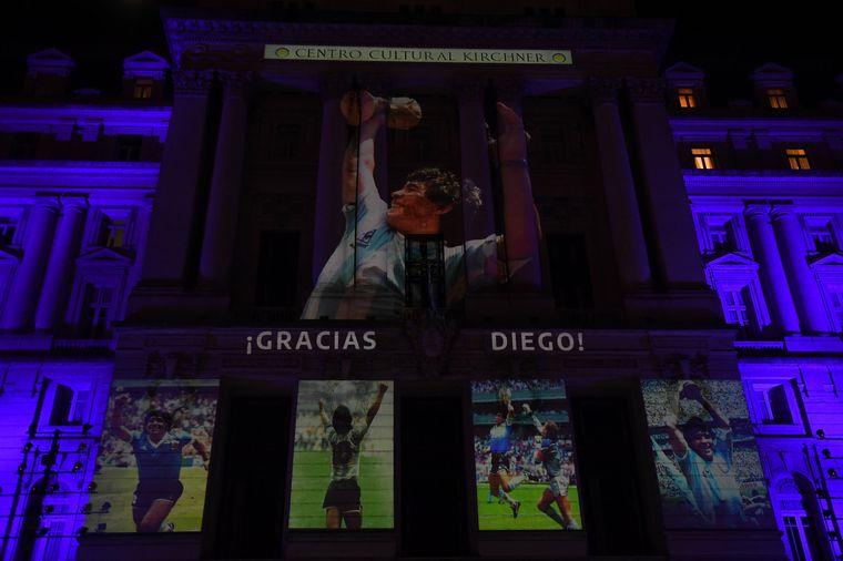 FOTO: Homenajearon a Maradona en monumentos y estadios del país.