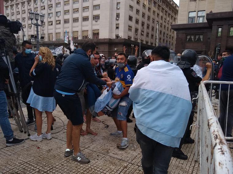 FOTO: Emoción y dolor en la despedida de Maradona en Casa Rosada (Foto: Maximiliano Luna).