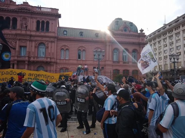 FOTO: Incidentes en Casa Rosada en la despedida a Maradona