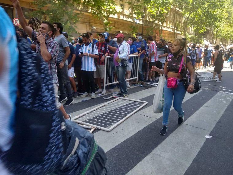 FOTO: Incidentes por el cierre de fila para despedir a Maradona.
