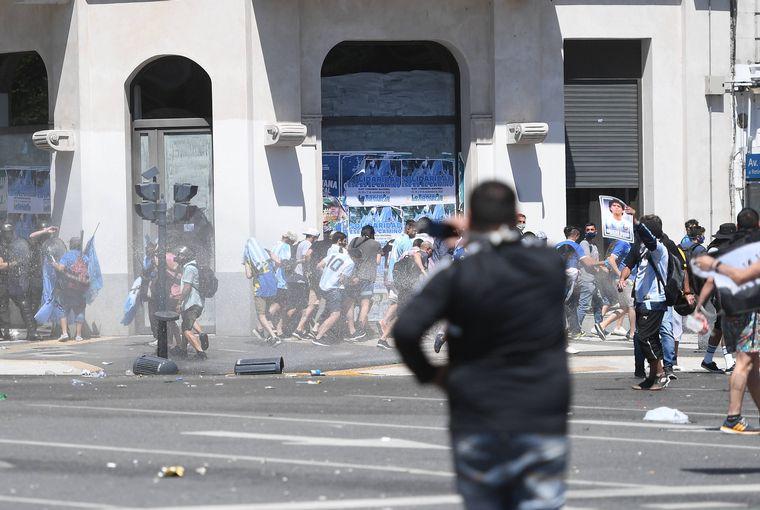 FOTO: Finalizó el velatorio de Maradona por el caos en Casa Rosada y alrededores.