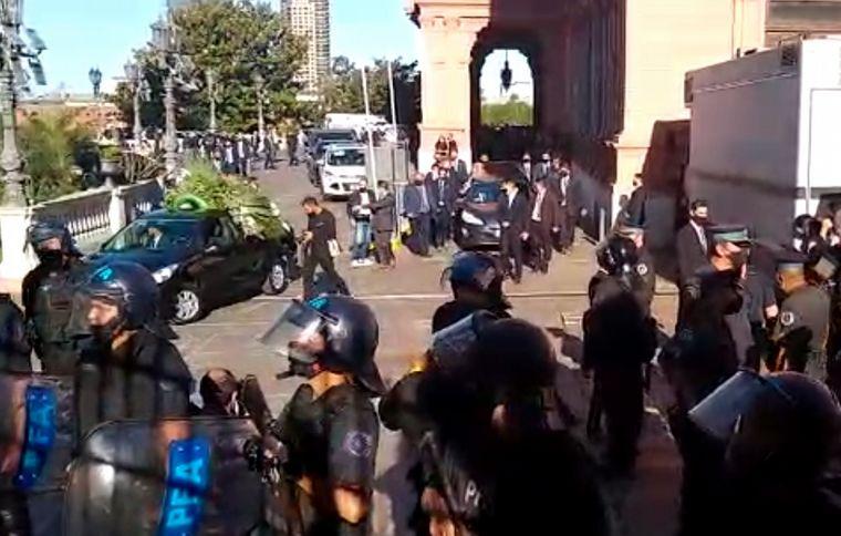 FOTO: Trasladan el cuerpo de Maradona al cementerio